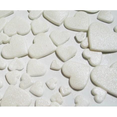 Baltos spalvos skirtingo dydžio širdys blizgančios