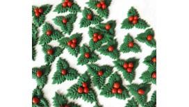 Tortų ir keksiukų papuošimai Kalėdoms su bugienio lapais ir raudonomis uogomis