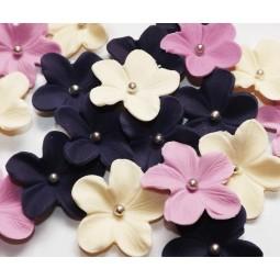 Tamsiai violetinės, alyvinės, kreminės gėlės su sidabriniais viduriukais