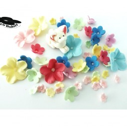Baltas triušiukas ir pastelinių spalvų gėlės