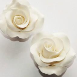Baltos spalvos didelė rožė su vielute